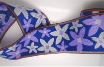 Galon de tatami avec marguerites violettes et blanches sur fond bleu