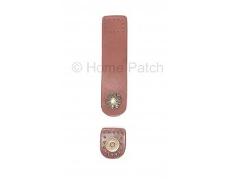 Languette cuir marron cognac avec bouton aimanté motif de fleur