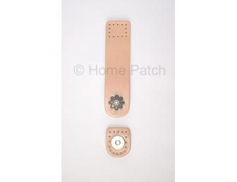 Languette cuir beige avec bouton aimanté motif de fleur